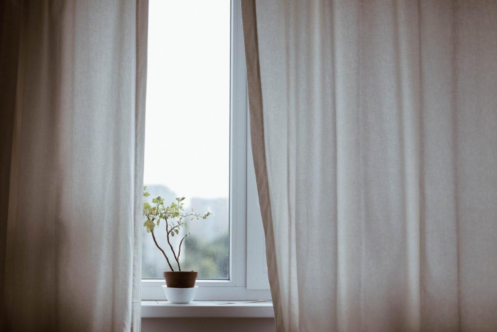 Energiekosten sparen durch geschlossene Fenster und Vorhänge