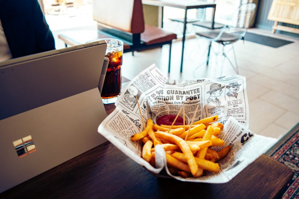 Pommes Frites  in Papier statt Alufolie: Nachhaltig umweltfreundliche Fastfood-Verpackung